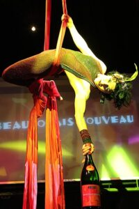 A trapeze artist delivers the first Nouveau